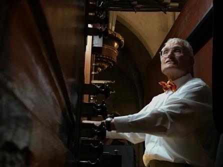 2019-05-12 Tom at organ, Castello d'Empuries (photo-Tom B)